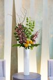 Blumengesteck mit Cymbidium, Hortensie, Orchideen, moluccella Stockfotografie