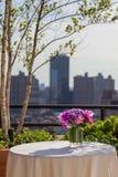 Blumengesteck mit Rosen, Hortensie und Orchideen auf Stadthintergrund Stockbild