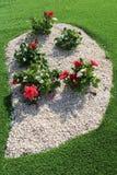 Blumengesteck mit weißem Kies stockbild