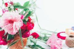 Blumengesteck vom schönen Blumenstrauß des Rosas blüht Peons, Kornblumen und rote Rosen auf weißem Hintergrund mit Raum für tex Lizenzfreie Stockfotos
