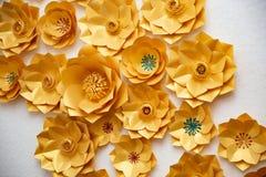 Blumengesteck von Papierblumen auf einem weißen Hintergrund Die Ansicht von der Oberseite Handgemachte Blume Frühling, Ostern, Va Stockfoto