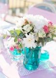 Blumengestecke auf dem Tisch Stockbilder