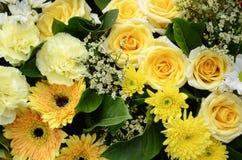 Blumengestecke im gelben Ton Stockfoto