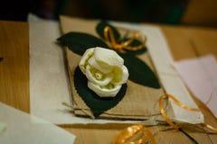 Blumengewebe mit ihren eigenen Händen Lizenzfreies Stockfoto