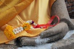 Blumengirlande in Buddhas Hand Lizenzfreies Stockfoto