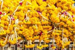 Blumengirlanden im buddhistischen Tempel Stockfotografie