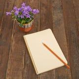 Blumenglocken und -notizbuch Stockbilder