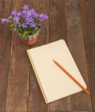 Blumenglocken und -notizbuch Lizenzfreie Stockfotografie
