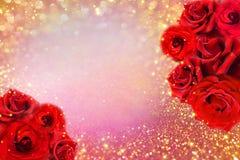 Blumengrenze der roten Rosen auf weichem Goldfunkelnhintergrund für Valentinsgruß- oder Einladungshochzeitskarte Stockfotografie