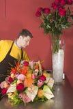 Blumenhändler, der frische Blumen anordnet Lizenzfreies Stockbild