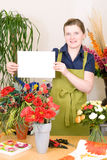 Blumenhändler mit unbelegter Karte Stockfoto