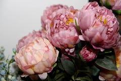 Blumenhintergrund Artificia Blumen Bunter Blumenstrauß von künstlichen Blumen Stockbilder