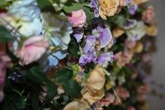 Blumenhintergrund Artificia Blumen Bunter Blumenstrauß von künstlichen Blumen Lizenzfreies Stockfoto