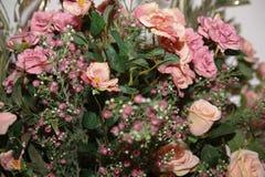 Blumenhintergrund Artificia Blumen Bunter Blumenstrauß von künstlichen Blumen Lizenzfreie Stockfotos