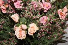 Blumenhintergrund Artificia Blumen Bunter Blumenstrauß von künstlichen Blumen Lizenzfreie Stockbilder