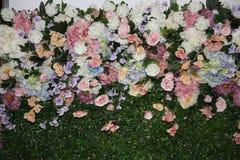 Blumenhintergrund Artificia Blumen Bunter Blumenstrauß von künstlichen Blumen Stockbild