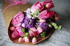 Blumenhochzeitsanordnung mit Ranunculus, Pion Lizenzfreie Stockfotos