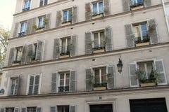 Blumenkästen waren installiert am Rand der Fenster eines Gebäudes in Paris (Frankreich) Stockfotografie