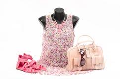 Blumenkleid auf Mannequin mit zusammenpassendem Zubehör Lizenzfreies Stockbild