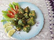 Blumenkohl in den grünen Nesseln Tempura, Stückchen, die vegetarisches Lebensmittel mit Nesseln kochen Lizenzfreies Stockbild