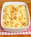Blumenkohl-Käse im Kasserollen-Teller Lizenzfreie Stockfotos