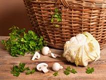 Blumenkohl, Petersilie und Pilze lizenzfreie stockbilder
