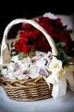 Blumenkorb mit den rosafarbenen Blumenblättern in den Taschen lizenzfreie stockfotografie