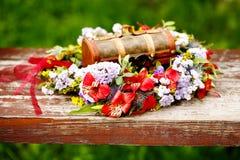 Blumenkranzdekoration mit Holzkiste Stockbilder