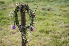 Blumenkrone, die an einem Stock hängt stockfoto