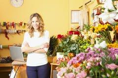 Blumenladeninhaber lizenzfreie stockfotografie