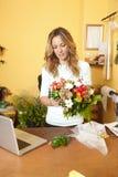 Blumenladeninhaberporträt lizenzfreie stockfotos