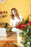 Blumenladeninhaberporträt stockfotos
