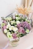 Blumenladenkonzept Nahaufnahmeschöner Luxusblumenstrauß von Mischblumen auf Holztisch tapete Stockbild