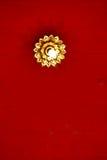 Blumenlicht an der Spitze des thailändischen roten Dachs Stockfotografie