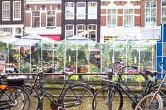 Blumenmarkt in Amsterdam u. in x28; Bloemenmarkt& x29; und Fahrräder Lizenzfreie Stockfotografie