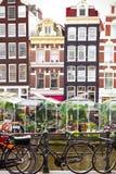 Blumenmarkt in Amsterdam u. in x28; Bloemenmarkt& x29; und Fahrräder Lizenzfreie Stockfotos