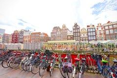 Blumenmarkt in Amsterdam u. in x28; Bloemenmarkt& x29; und Fahrräder, super-wi Lizenzfreie Stockfotos