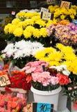 Blumenmarkt an der Straße. Lizenzfreie Stockfotografie