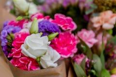 Blumenmarkt, helle bunte frische Blumen Stockbild