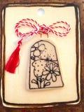 Blumenmedaillon mit roter und weißer Schnur lizenzfreie stockbilder