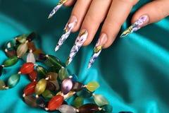Blumenmuster auf den Nägeln lizenzfreies stockfoto