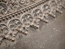 Blumenmuster auf einer Metallwand Stockbilder