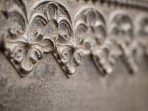 Blumenmuster auf einer Metallwand Lizenzfreies Stockfoto