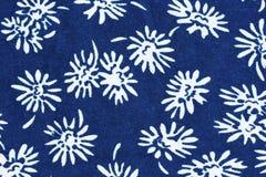 Blumenmuster auf Gewebe stockbild