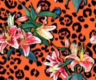 Blumenmuster auf Leoparddruck Stockfotografie