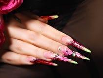 Blumenmuster auf Nägeln lizenzfreies stockbild