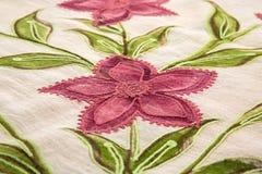 Blumenmuster-Hintergrundluxusstoff oder gewellte Falten der Schmutzseidenbeschaffenheit Lizenzfreies Stockfoto