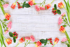 Blumenrahmen mit Frühlingsblumen und -schmetterlingen Stockfoto