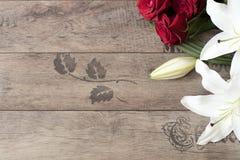 Blumenrahmen mit weißen Lilien der Betäubung und roten Rosen auf hölzernem Hintergrund Kopieren Sie Platz Hochzeit, Gutschein, va Stockfoto