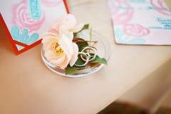 Blumenrosenquarzfarbe auf der Hochzeitstafel Lizenzfreies Stockbild